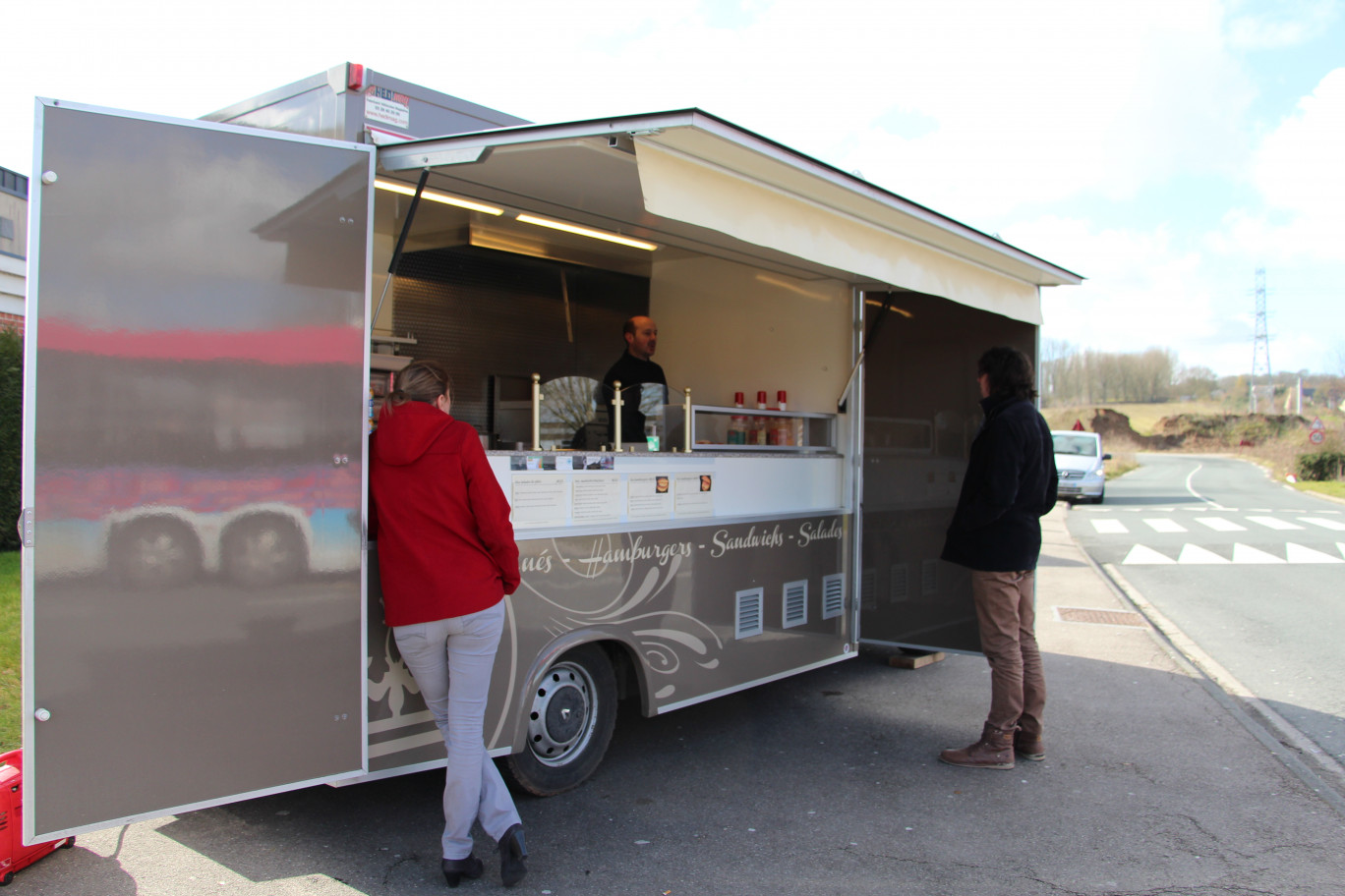 « David Mobailly dans son food truck ».