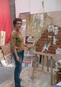 Isabelle Mispelon présente un de ses derniers tableaux dans son atelier où elle réalise également des trompe-l'oeil et des panneaux décoratifs.