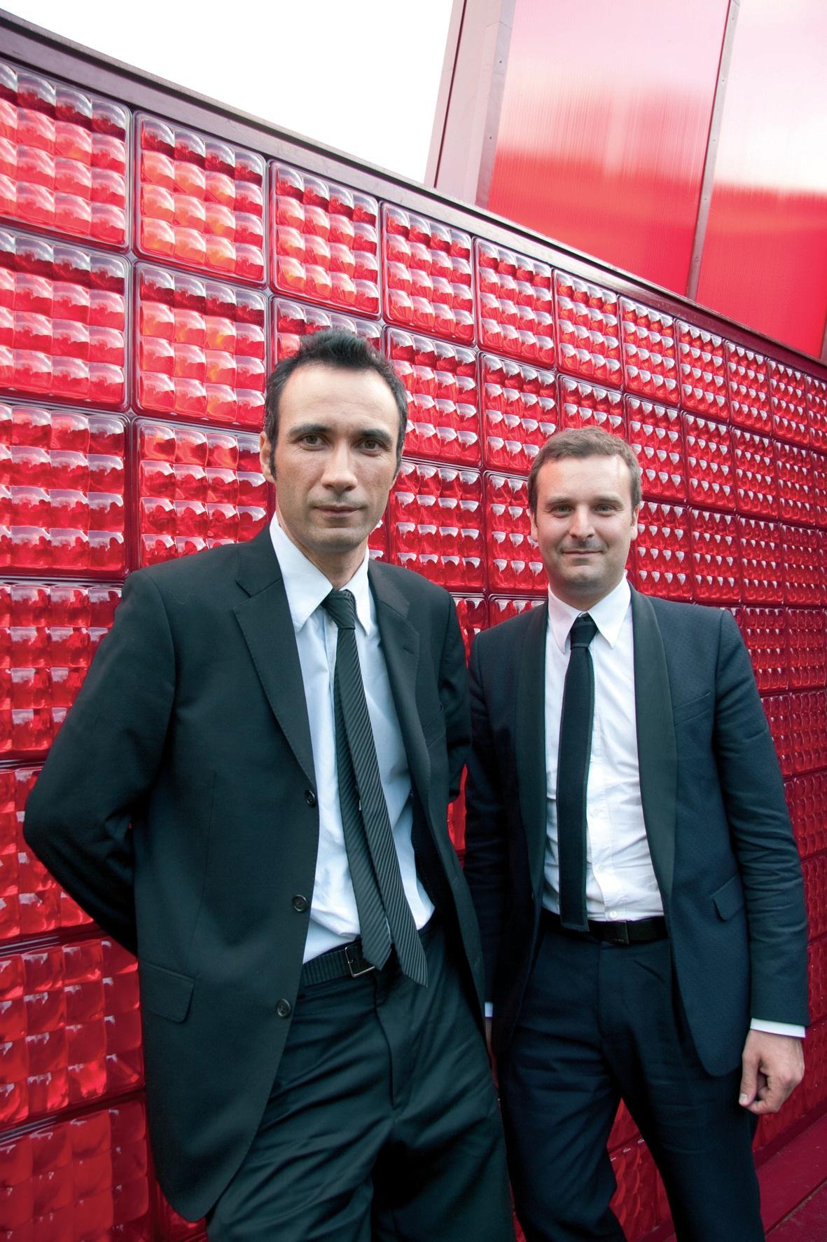 """Devant le panneau retenu par les Ateliers Jean Nouvel, Frédéric Ramaud (à gauche) et Frédéric Gervais : """"Nous aurions pu créer depuis Paris. Nous avons trouvé ici un réseau extraordinaire qui nous a aidés à porter notre projet et nous bénéficions de soutiens importants."""""""
