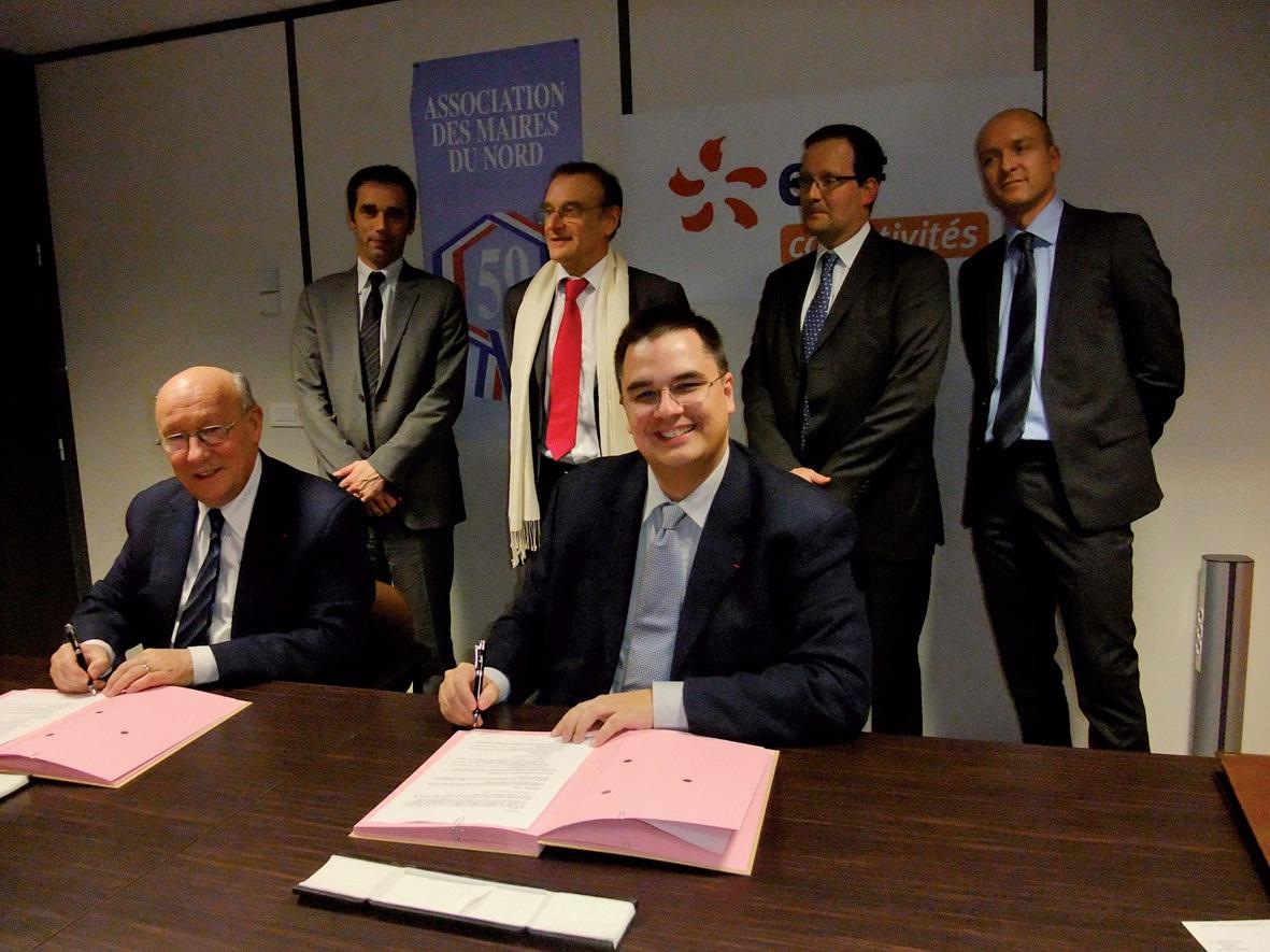 Patrick Masclet (à gauche) et Cédric Lewandowski signent la convention au siège d'EDF collectivités.