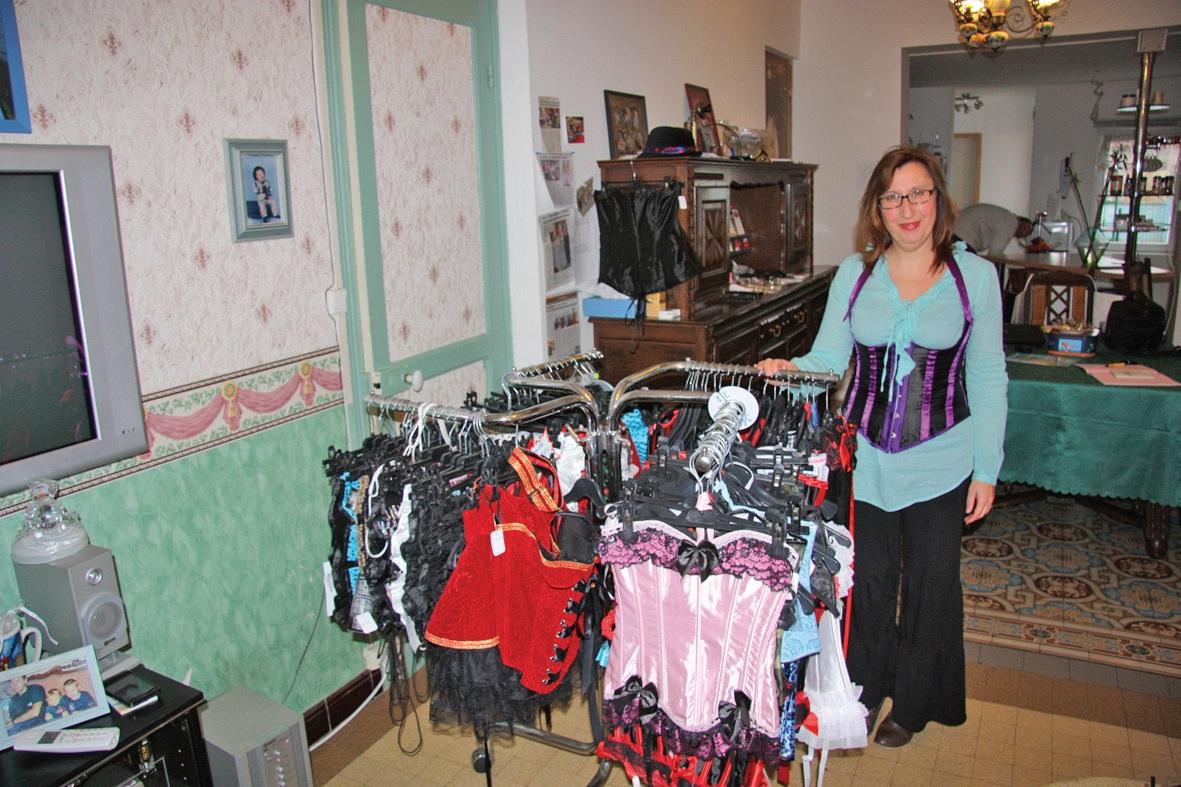 Mme Coralie Delefortrie présente quelques-uns de ses modèles.