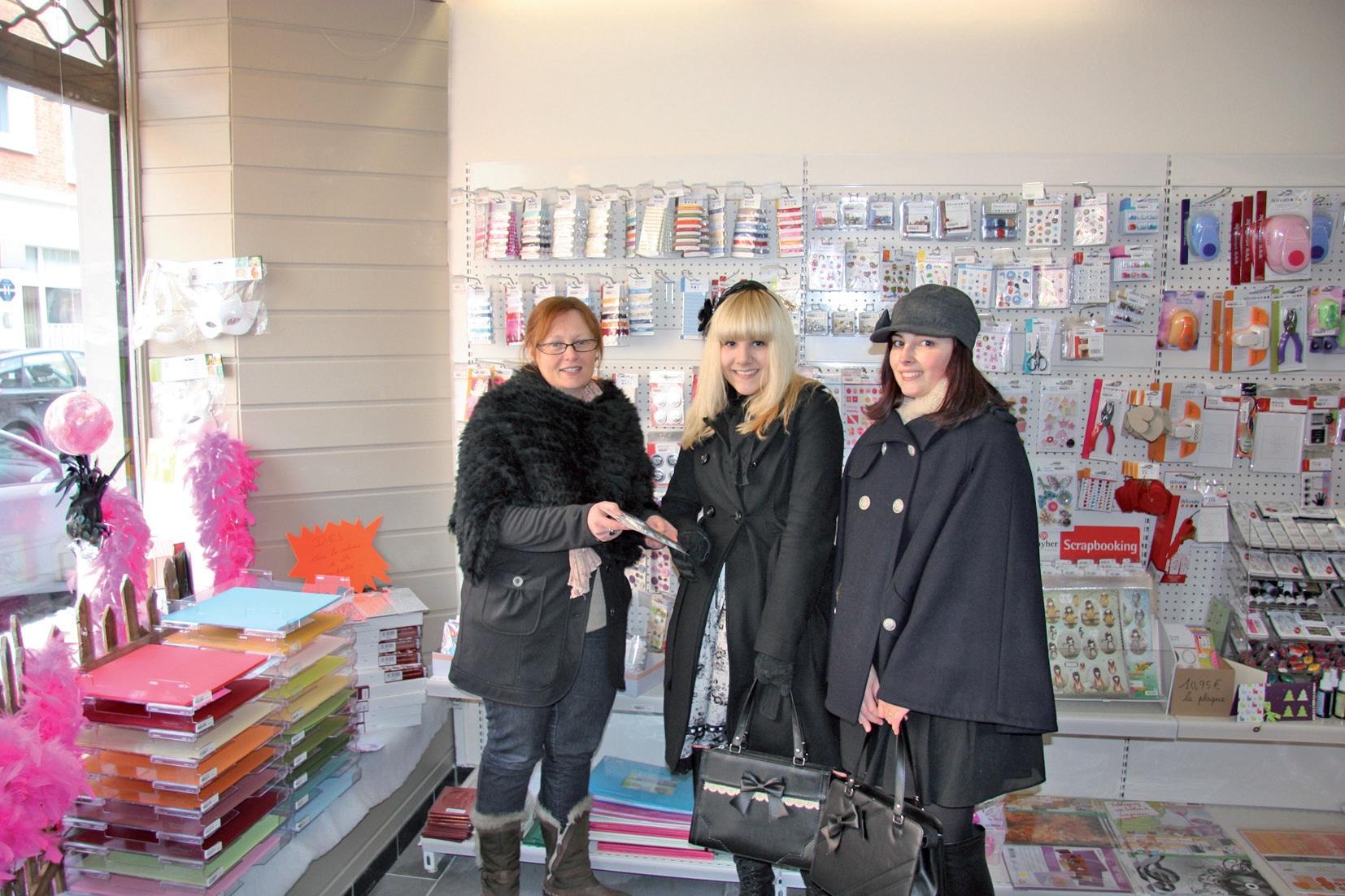 Anne-Sophie Morillon (à gauche) conseille deux jeunes clientes assidues de sa boutique.