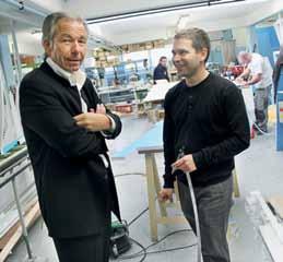 Patrick Delahay (à gauche) aime faire le point de la production en cours avec son responsable de fabrication, Guillaume Flan.