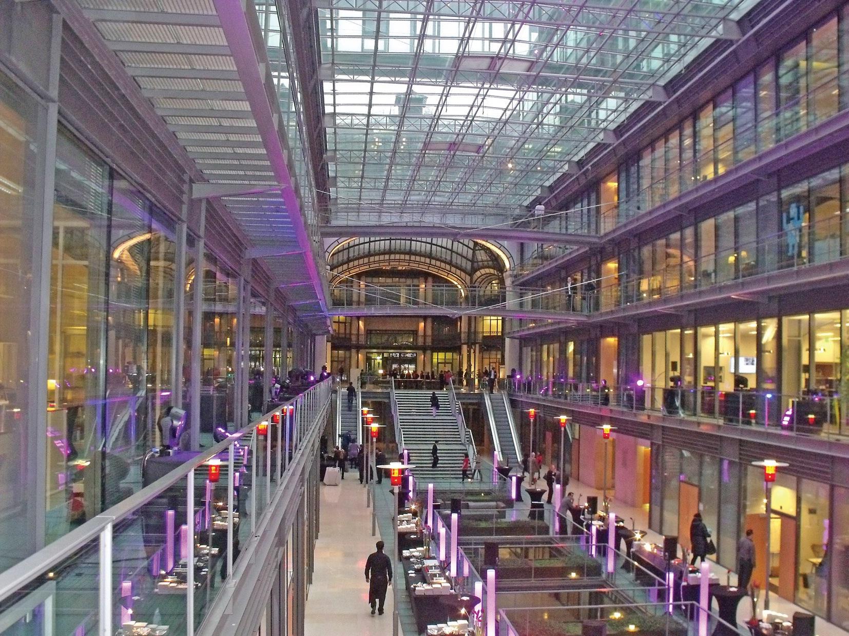 L'Edhec occupe le premier étage sur 1 500 m2, juste en dessous du journal Les Echos. Le Centorial abritait auparavant le Crédit Lyonnais. Après un incendie en 1996, l'ensemble a été réhabilité.
