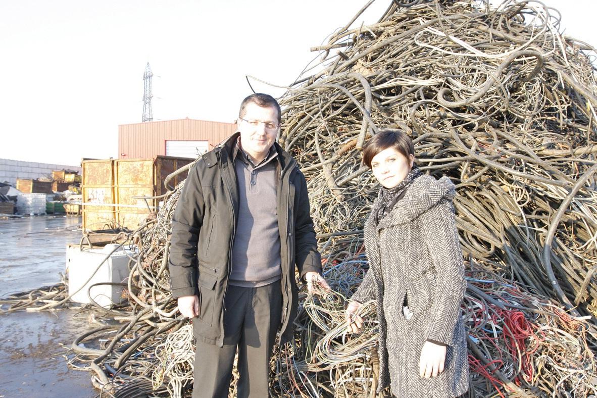 Damien et sa future collaboratrice, Tiphaine, sur le parc de retraitement de Coenmans, devant un lot de câbles qu'ils ont apporté à l'entreprise.