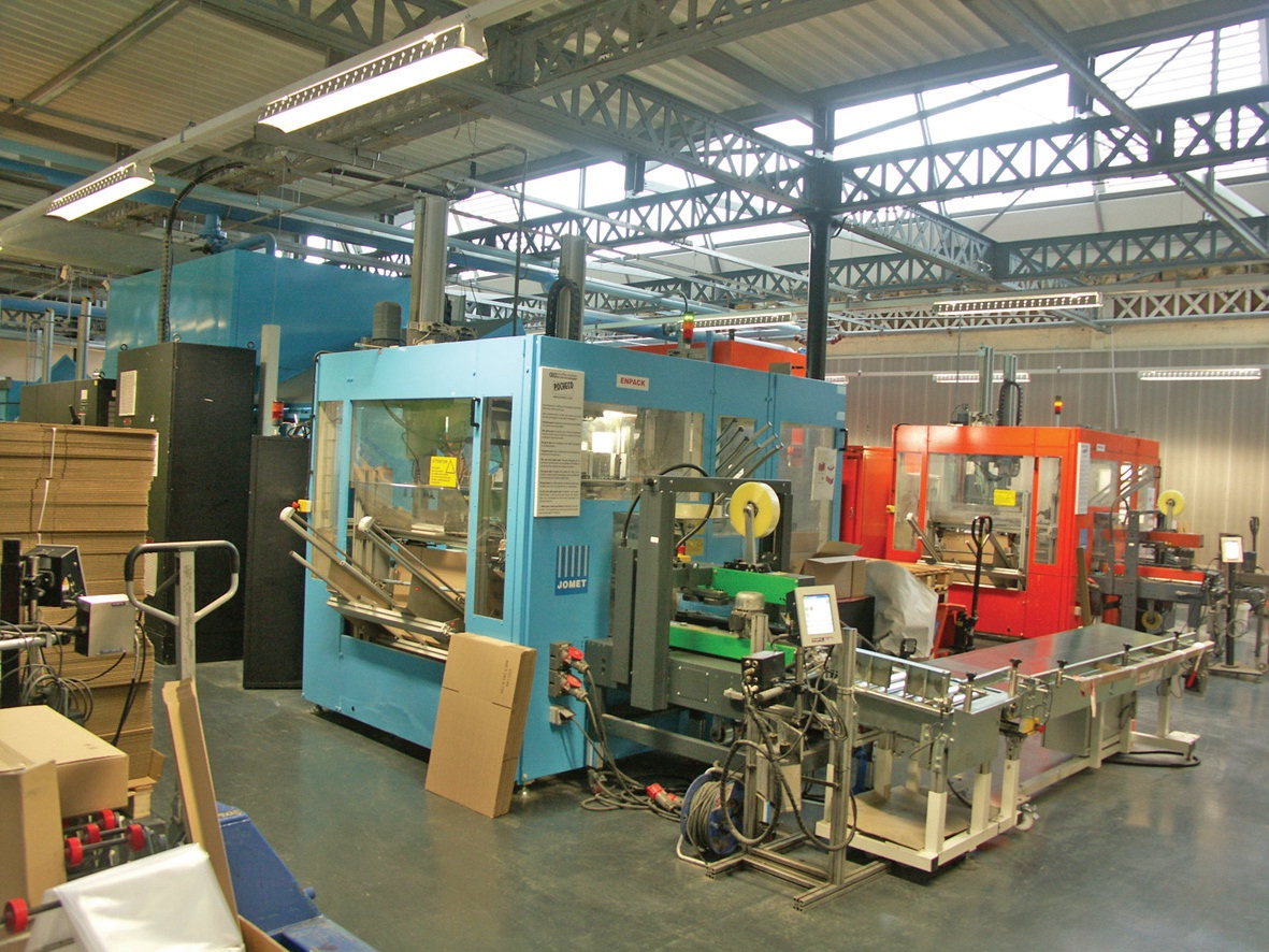 Les machines ont toutes des couleurs différentes pour mieux différencier les produits et les zones de production sous la lumière naturelle des sheds.