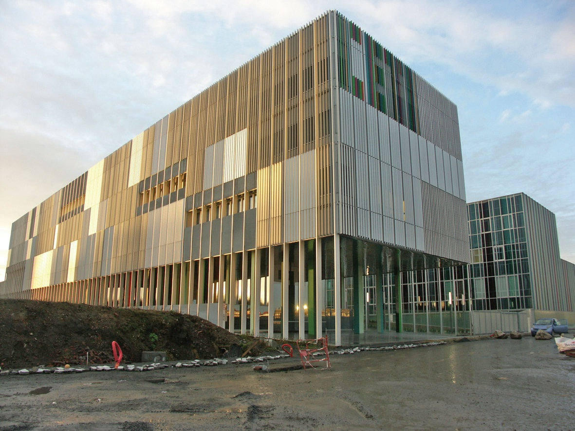 Les façades recevant le soleil sont toutes couvertes de lames orientables.