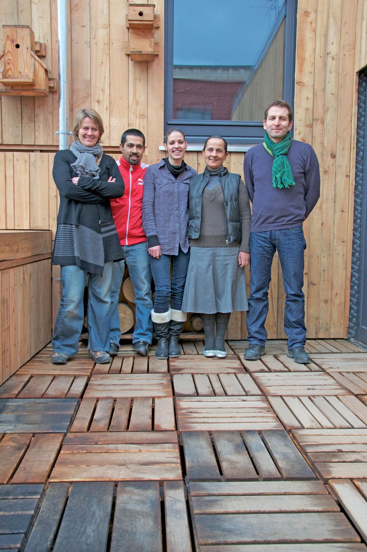 L'équipe de Baraka au grand complet : Pierre, le gérant, Caroline et David, les cuisiniers, et Aurore et Fatima, chargées du service.