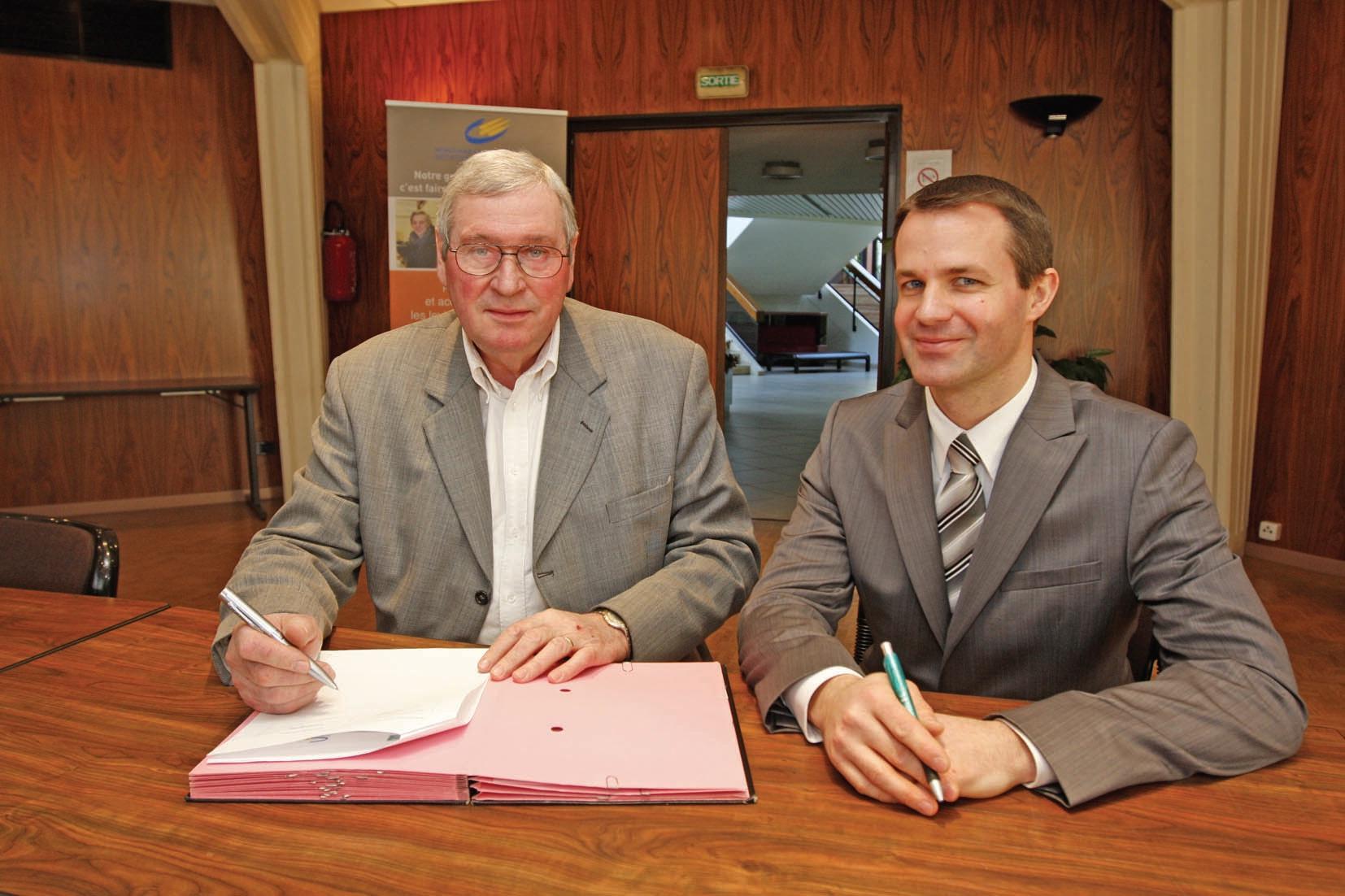 Roger Delmarre et Freddy Piqué ont signé une convention liant Gohelle initiative au CIC pour une année.