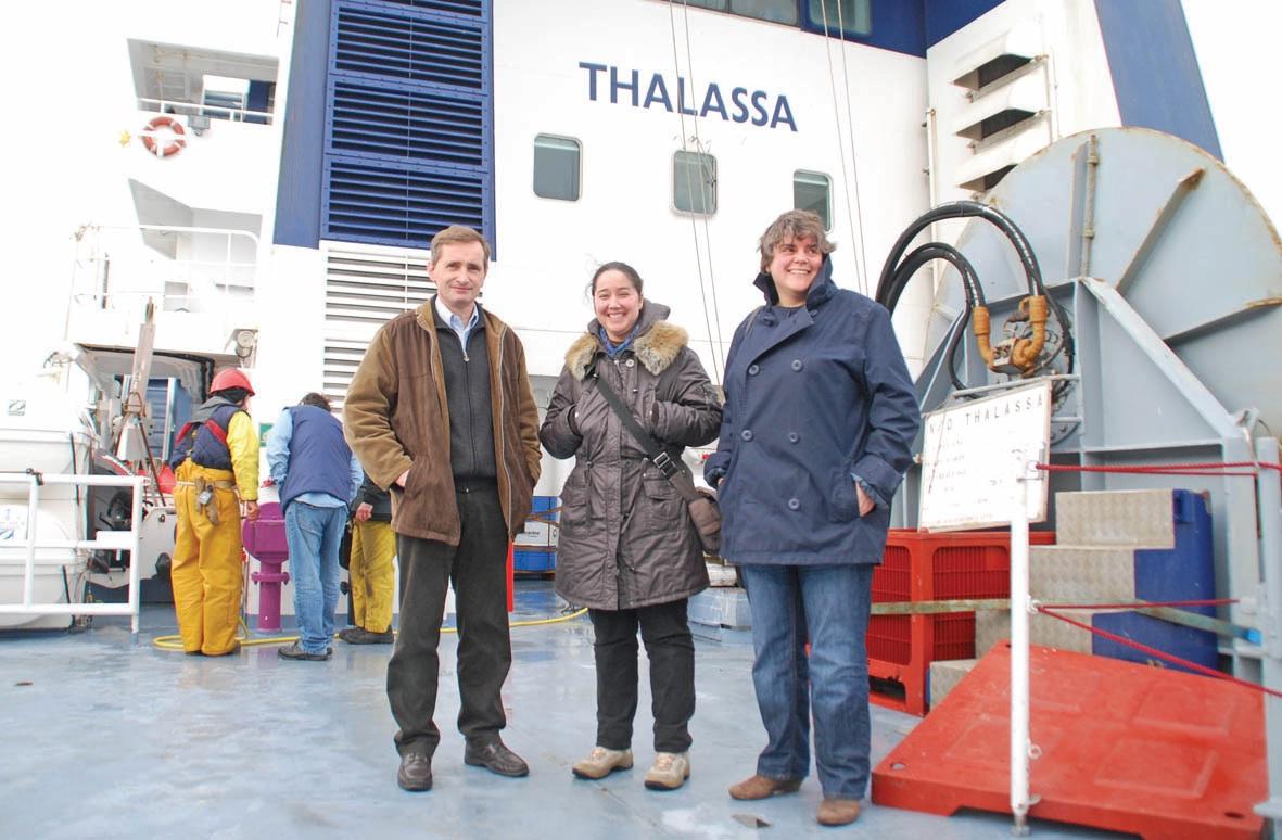 Sur le pont du Thalassa, trois scientifiques du centre Ifremer Manchemer du Nord de Boulogne : Yves Vérin, chef de mission, Sandrine Vaz et Elvire Antajan.