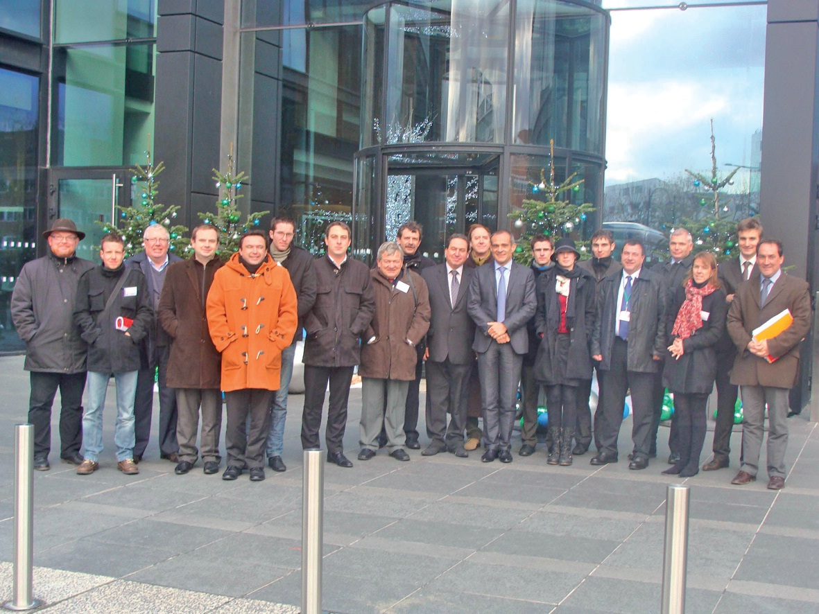 La délégation nordiste devant les bureaux de Schneider Electric, accueillie par Jean-Pascal Tricoire, président du directoire (mains croisées, cravate bleu ciel).
