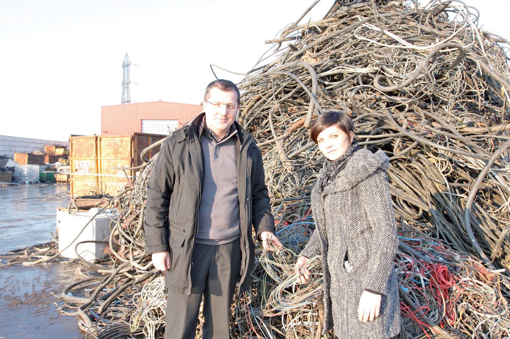 Damien et Tiphaine sur le parc de retraitement de Coenmans devant un lot de câbles qu'ils ont su apporter à l'entreprise.