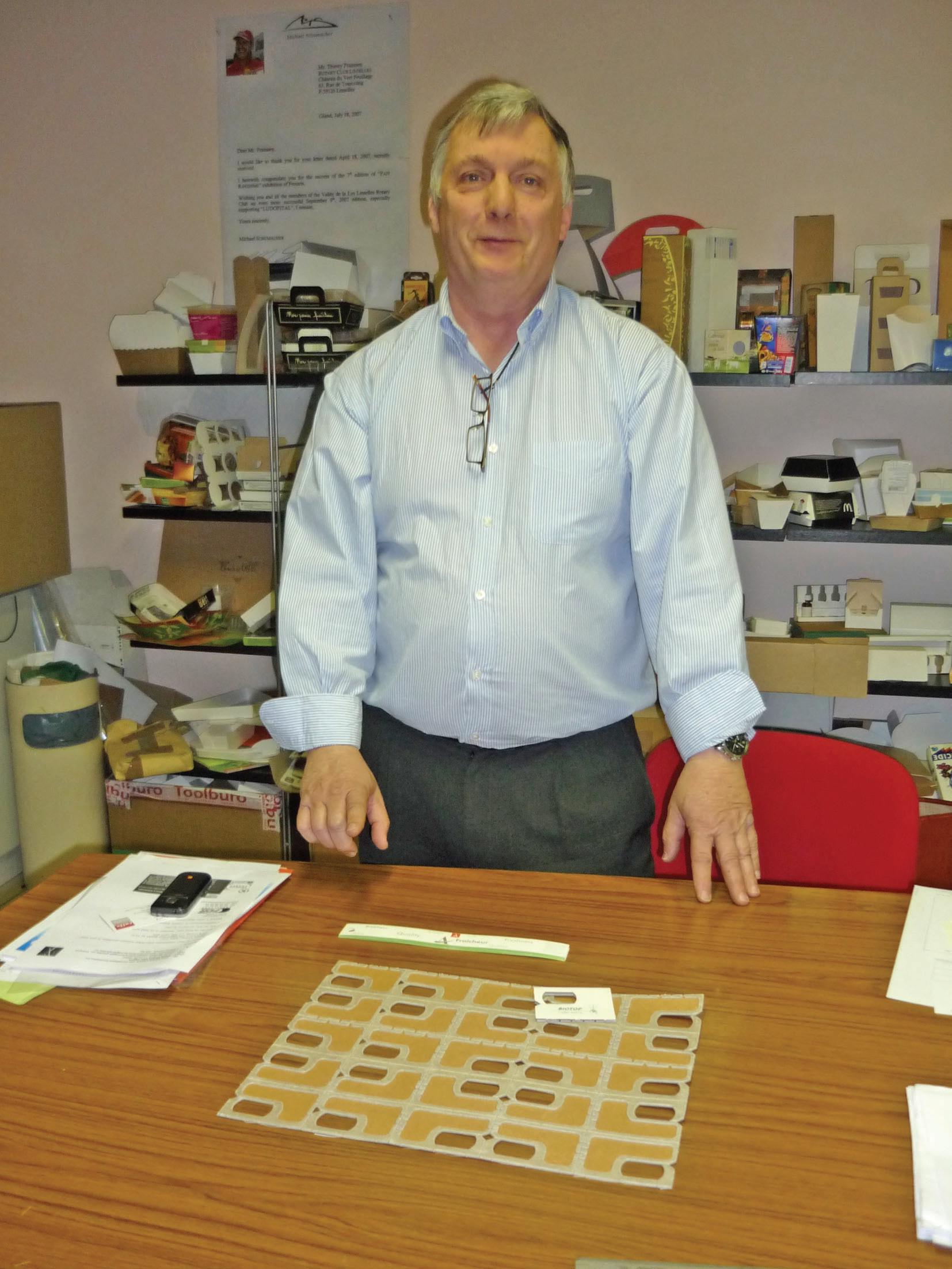 Thierry Franssen présente un de ses prototypes qui lui a demandé deux années de réflexion : un carton pouvant accueillir des larves d'insectes dans le cadre de la protection de champs de maïs. Ses réalisations portent sur tout le domaine de l'agroalimentaire, dans le respect de l'écologie et de la santé publique.