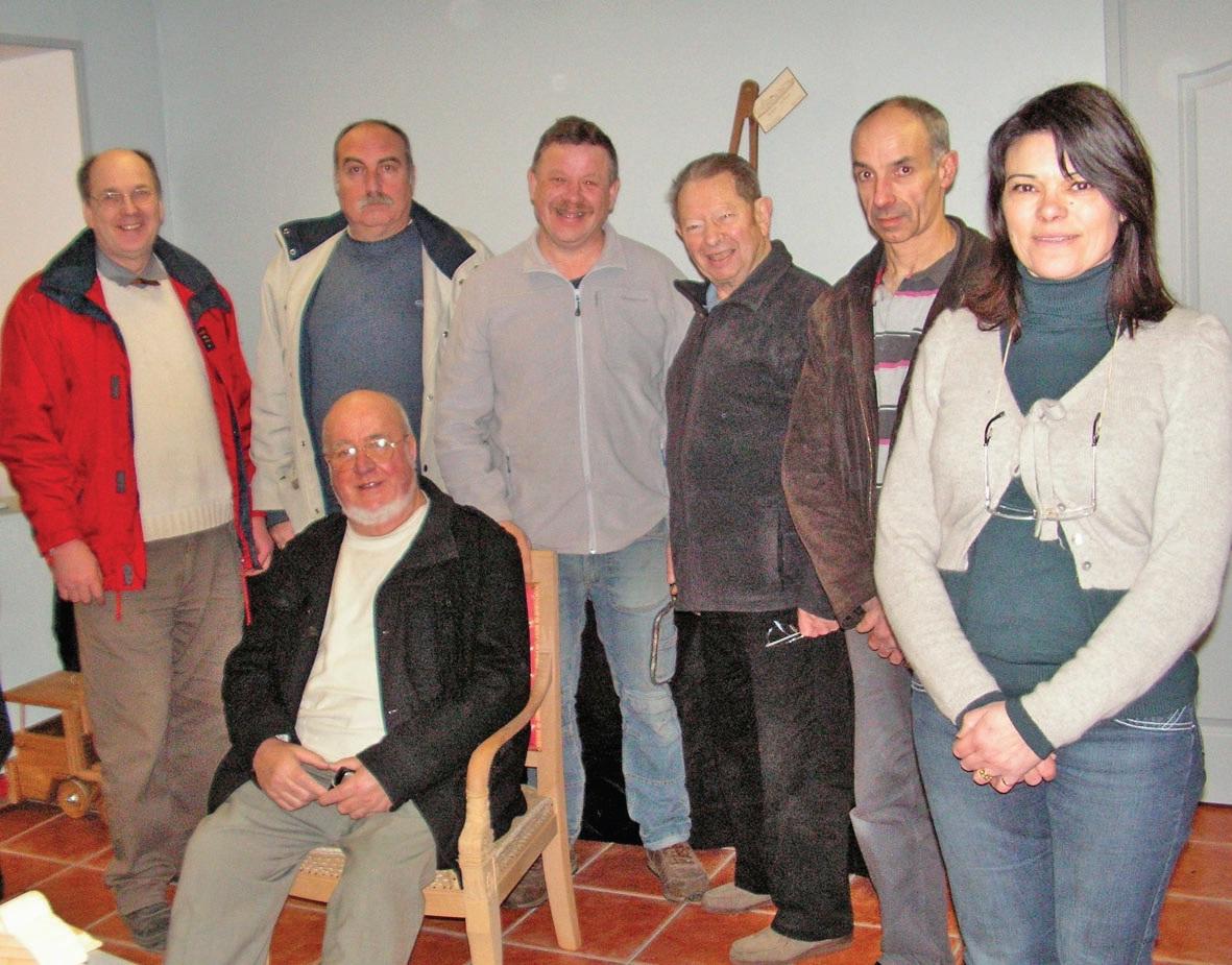 Plusieurs adhérents, actifs ou retraités, dans la Maison des métiers d'art de Cambrai. A droite, Martine Lemaire, la présidente.