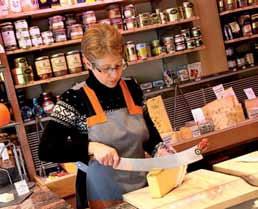 La découpe du fromage est un moment privilégié d'échanges avec le client.