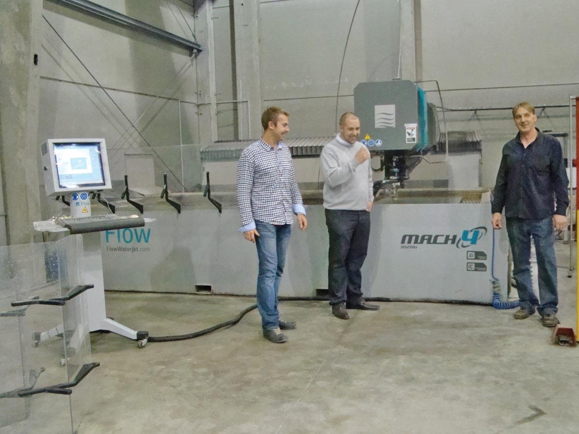 Les trois créateurs de BL Steel devant leur nouvelle aquisition, une machine de découpe au jet d'eau.