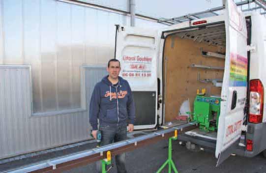 """Cédric Potez avec une gouttière préparée """"à la demande"""", sortie de la machine que l'on aperçoit à l'arrière de son véhicule."""