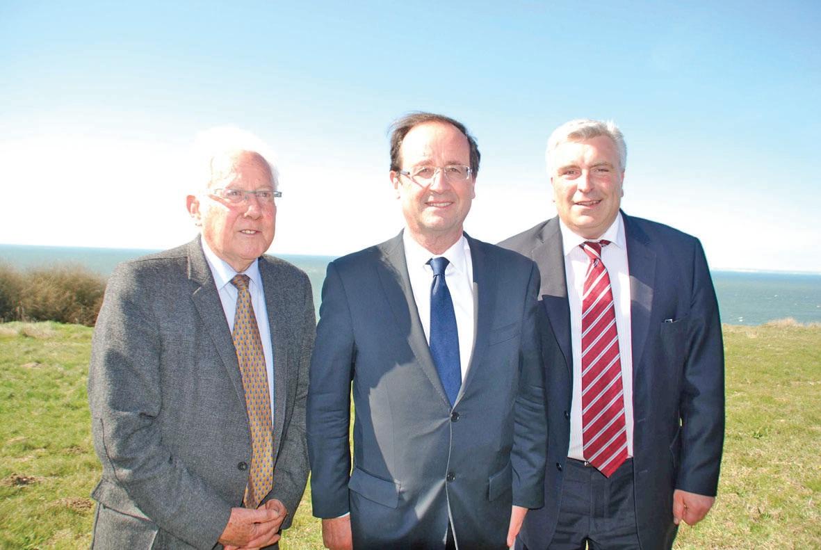 Sur le cap Gris-Nez, le 27 mars, Frédéric Cuvillier (à droite) en compagnie de François Hollande et de Guy Lengagne.