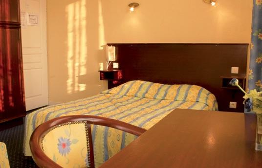 La décoration des chambres est simple et colorée avec le style Napoléon au 1er étage et le style Louis Philippe aux 2e et 3e étages.