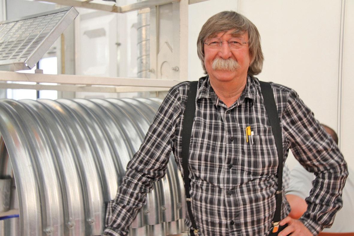 Bernard Petrus-Segers, lors de l'entretien, sur son espace professionnel au salon Terres en fête.