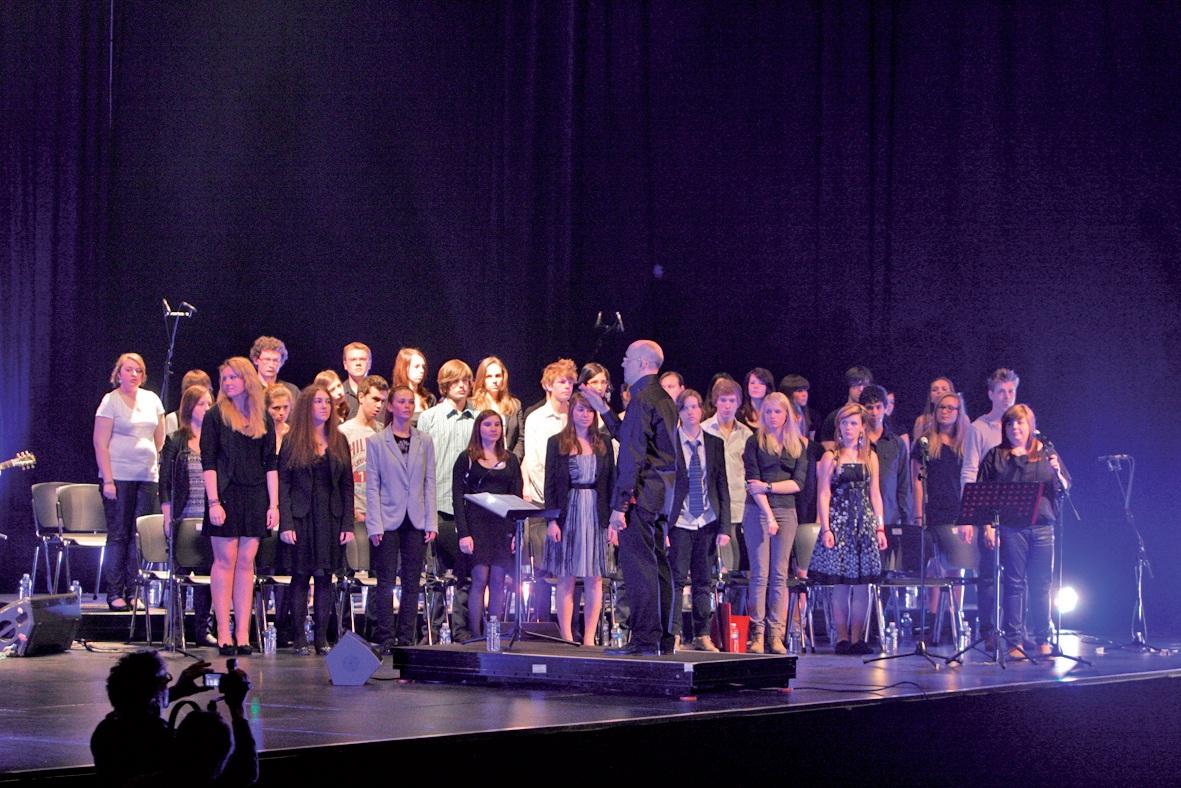 Lors du spectacle, les lycéens de Blaringhem ont proposé une mise en scène jazzy, reprenant les couleurs des différents bassins miniers du monde.