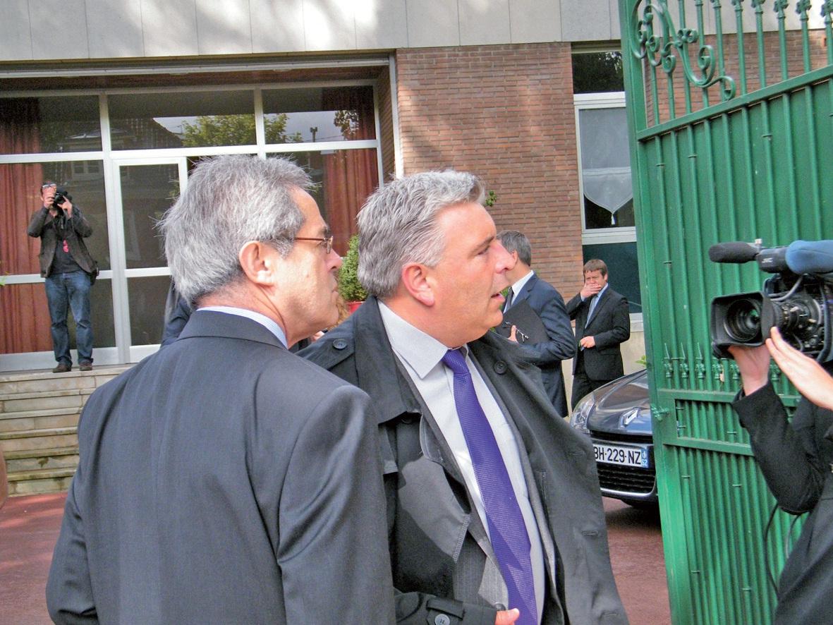 Frédéric Cuvillier, ministre des Transports et de l'Economie maritime, et François Delagrange, directeur du cabinet de Daniel Percheron, le président du Conseil régional, en visite à Calais le 7 juin dernier.