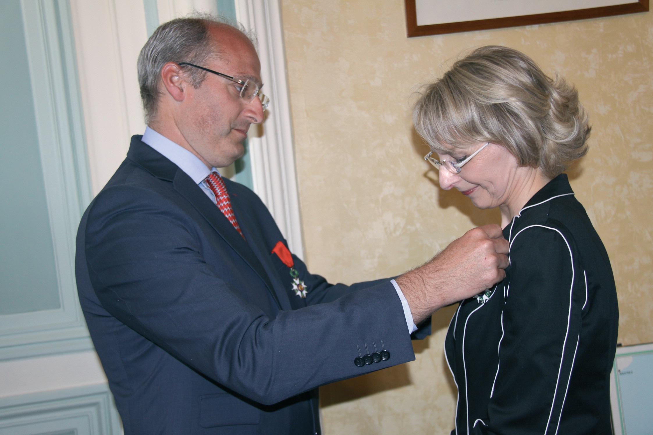 Me Véronique Dhotel reçoit avec émotion les insignes de chevalier dans l'ordre de la Légion d'honneur des mains de Me Benoît Renaud.