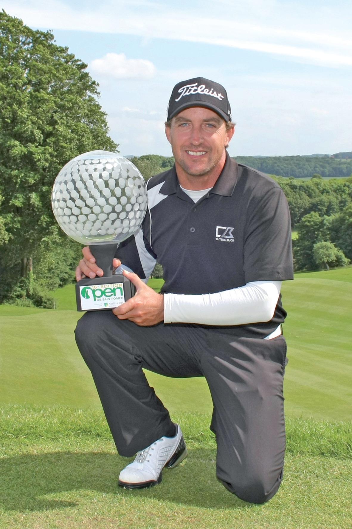 Fichardt présente le trophée du 16e Open.