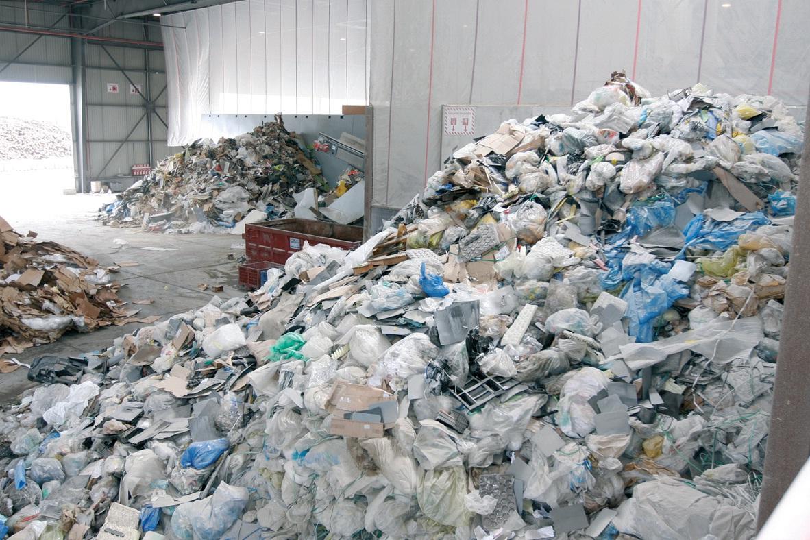 Les déchets subissent une multitude d'opérations de tri d'abord automatisées avec un affinage par les opérateurs.