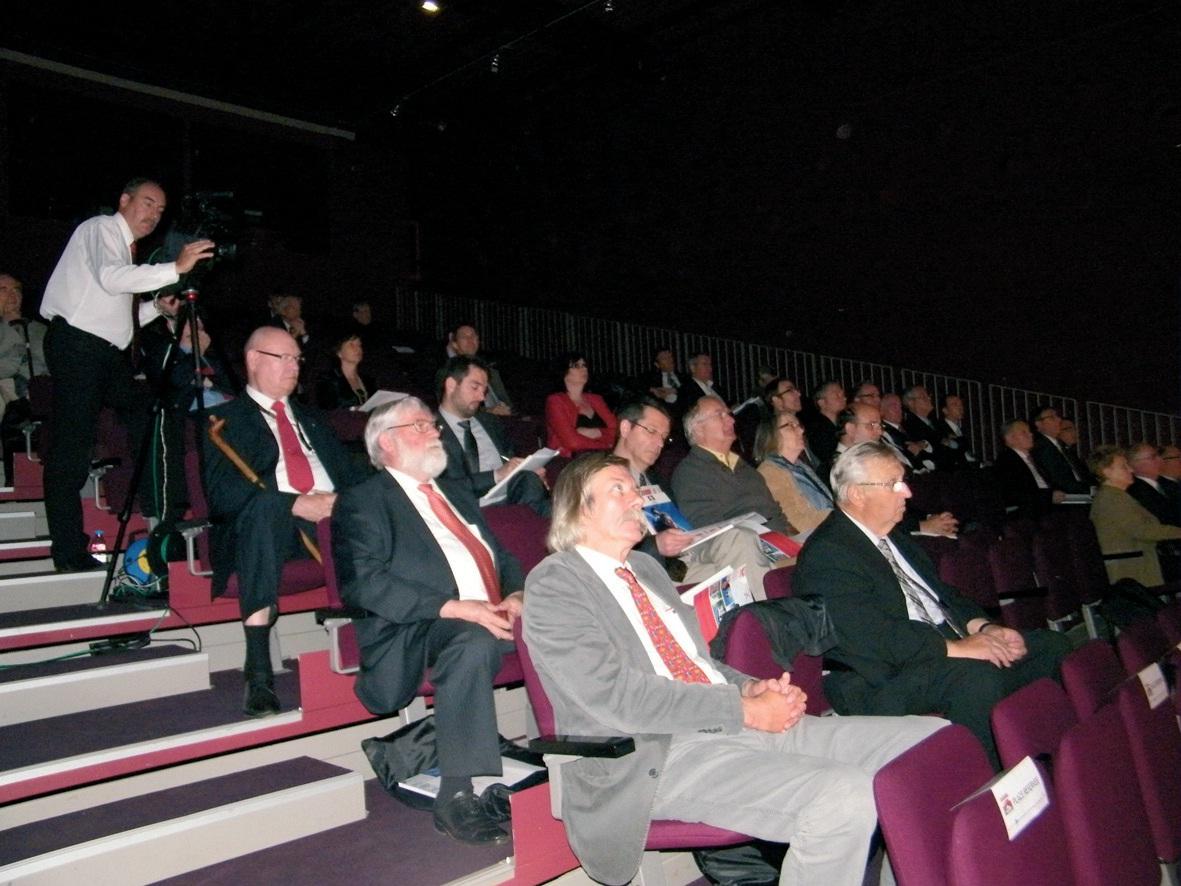 Une centaine de personnes étaient présentes à l'auditorium de la Cité de la dentelle et de la mode à Calais.