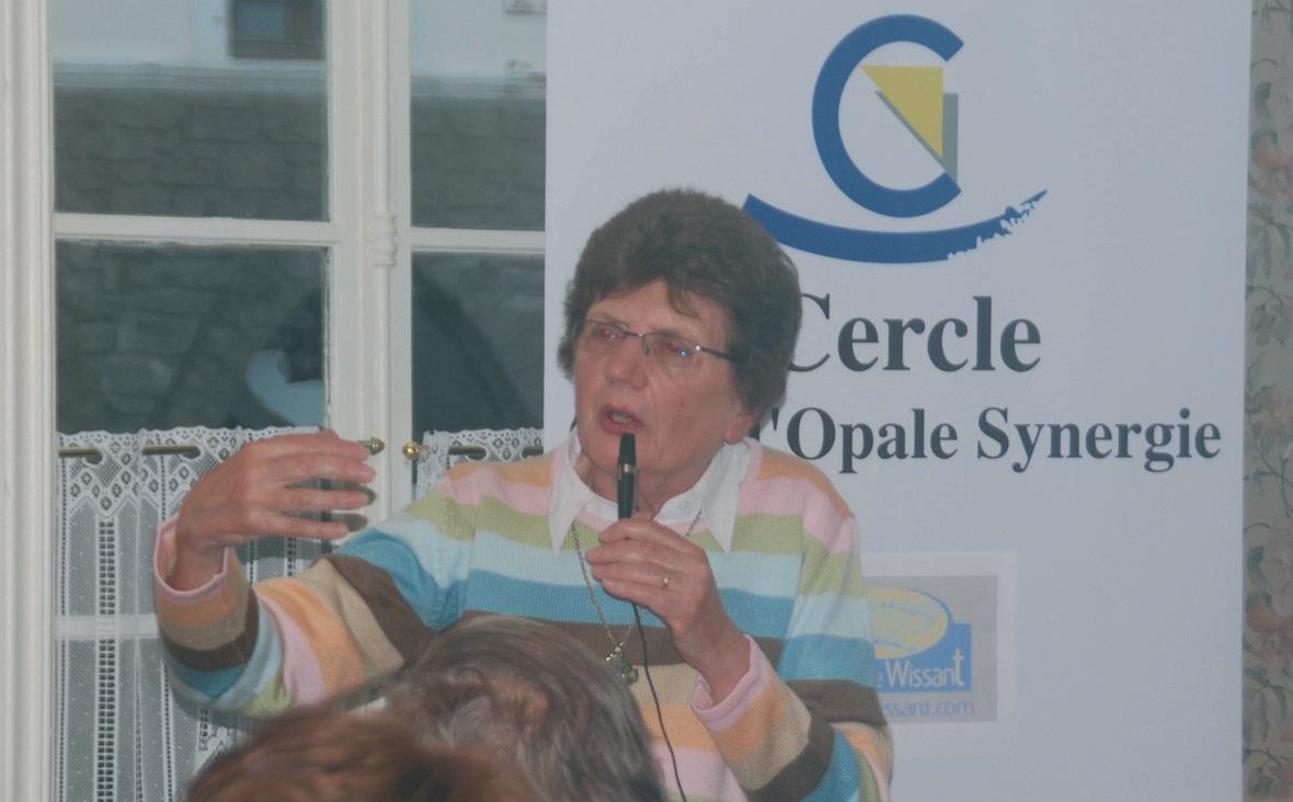 La conférencière Yvonne Battiau-Queney, présidente de la branche française de l'EUCC, pas trop pessimiste pour l'ensemble de la Côte d'Opale, est davantage inquiète par le désensablement de la baie de Wissant.