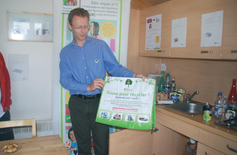 Responsable régional d'Eco-emballages, Bastien Wibaux rappelle les bons gestes du tri. A ne pas oublier, même quand on est en vacances.