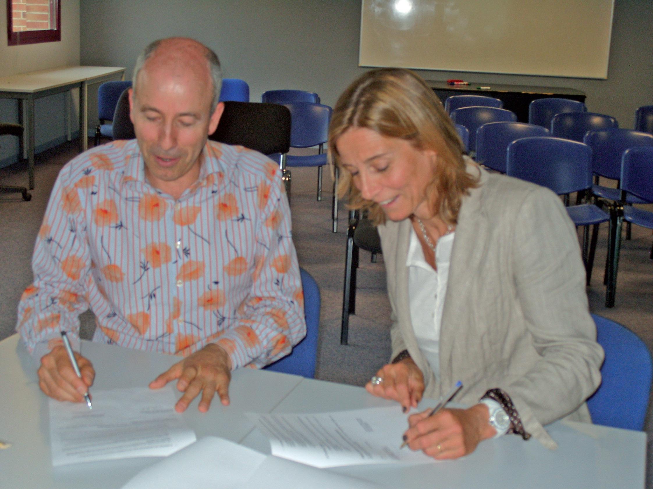 Le président d'Etincelle et la responsable nationale de la fondation Entreprendre ont signé l'accord scellant leur collaboration future en région parisienne.