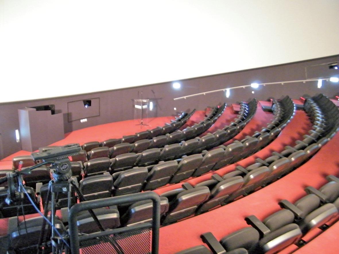 La salle de projection contient 141 places.