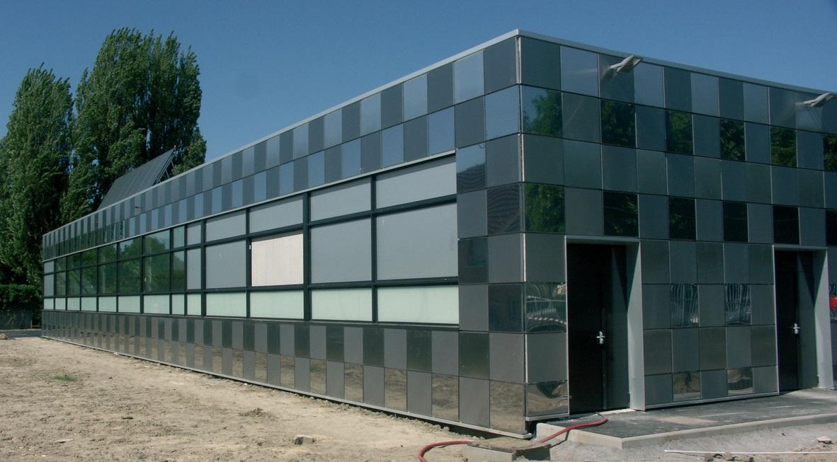 Le soleil inonde le nouveau bâtiment dédié à la production, reconnaissable par ses damiers en Inox.