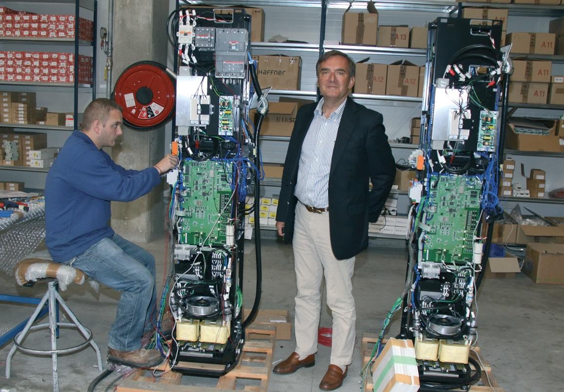 Hervé Borgoltz, président de DBT, présente des bornes en cours de montage.