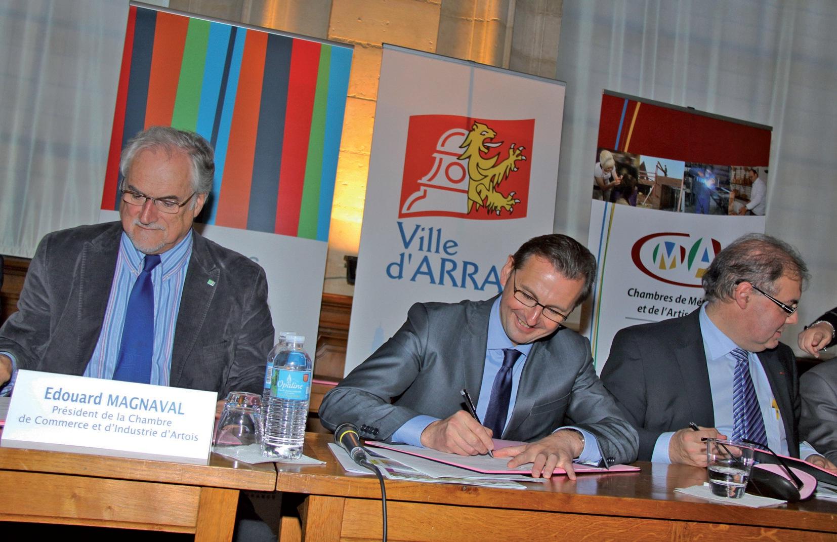 De gauche à droite, les principaux signataires : Edouard Magnaval, président de la CCI Artois, Frédéric Leturque, maire d'Arras, et Gabriel Hollander, 1er vice-président de la chambre de métiers et de l'artisanat Nord-Pas de Calais, président de la section Pas-de-Calais.