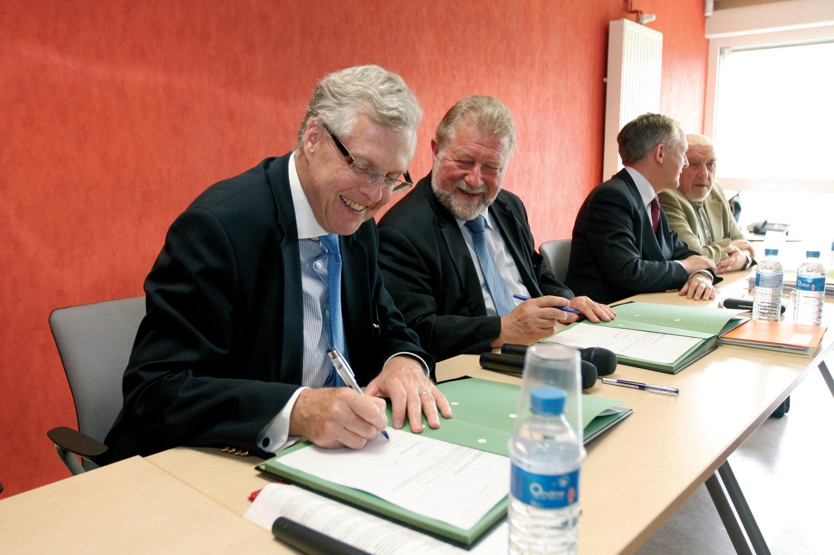 Michel Faroux (à gauche) et Jean-Pierre Kucheida ont signé le contrat de prêt qui permettra à l'Epinorpa de rembourser son emprunt obligataire.