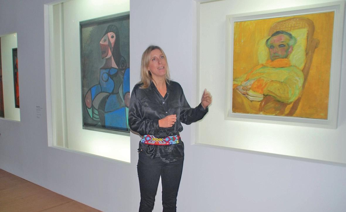Le commissaire de l'exposition, Emma Lavigne, entre La Femme en bleu de Pablo Picasso et La Gamme jaune de Frantisek Kupka.