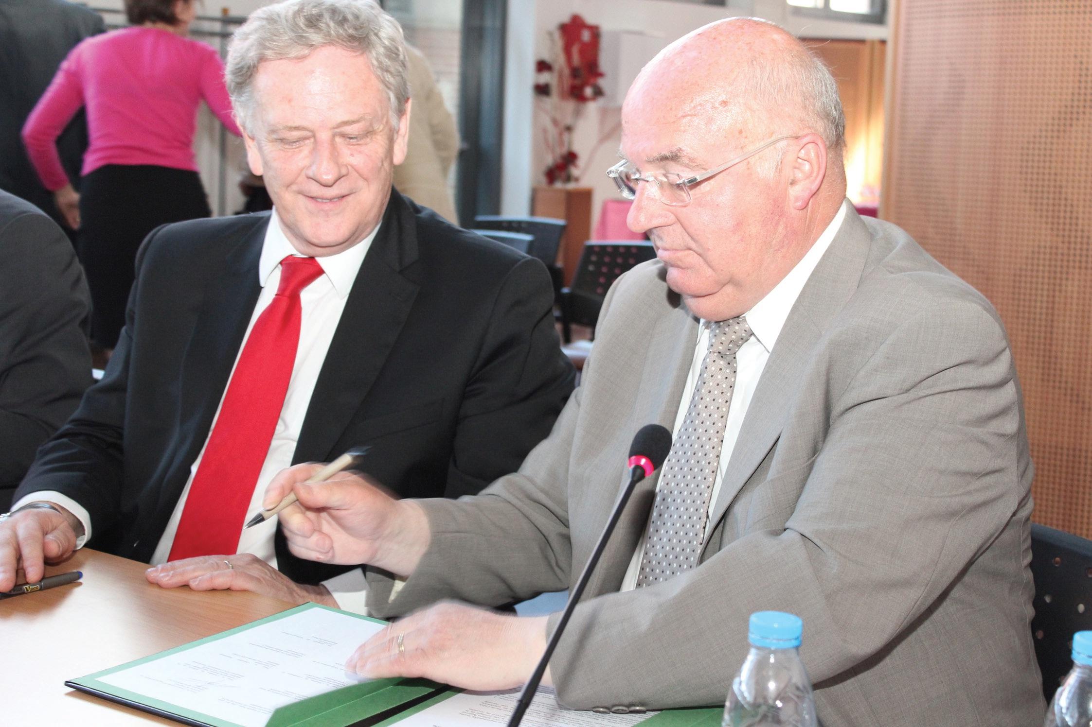 Pierre de Saintignon (à gauche) et Alain Bocquet scellent leur union dans le cadre du dernier PLDE à finaliser dans la région après trois ans d'élaboration.