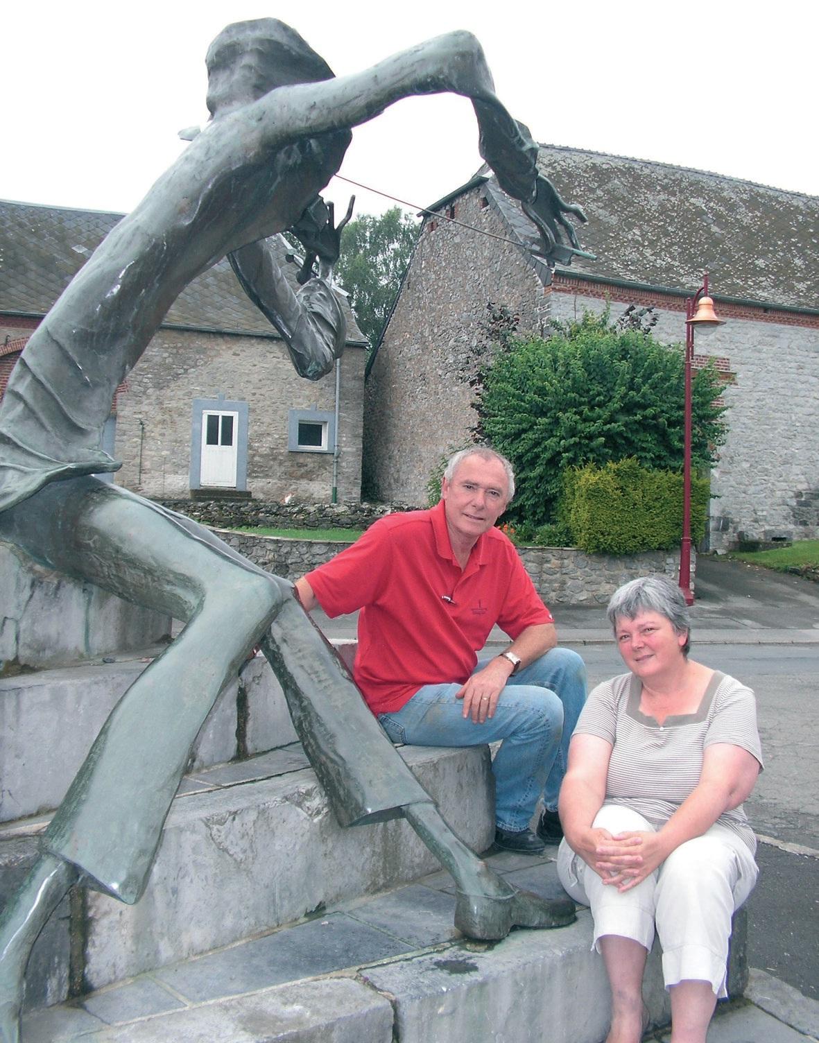 Au pied de la statue en bronze du violoniste : Jean-François Baudry, maire et chef d'entreprise mécène, et Christine Boccaren, la présidente.