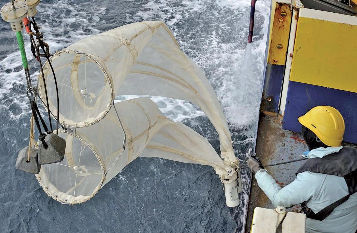 Des campagnes sont régulièrement menées à bord du chalutier scientifique Thalassa, ici équipé d'un filet à zooplancton.