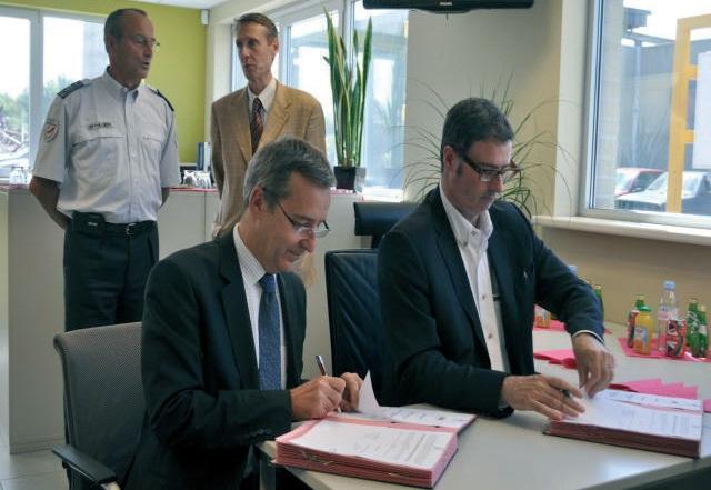 Denis Robin, préfet du Pas-de-Calais, (à gauche) et Bertrand Doolaeghe, 1er vice-président de la Fédération des entreprises de recyclage Nord-Picardie, ont paraphé la convention de partenariat pour renforcer la lutte contre le vol et le recel de métaux.