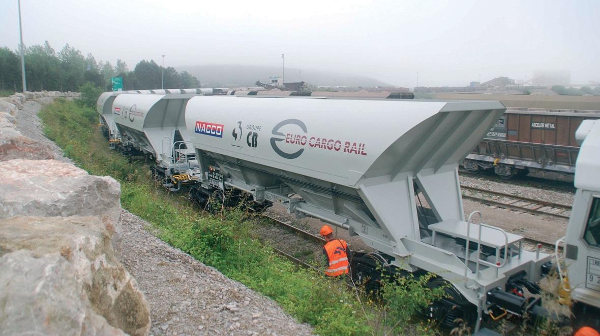 RFF est également en train d'investir sur la ligne Calais-Dunkerque permettant aux Carrières du Boulonnais (à Ferques) de rallier plus facilement leur premier client, ArcelorMittal (Dunkerque).