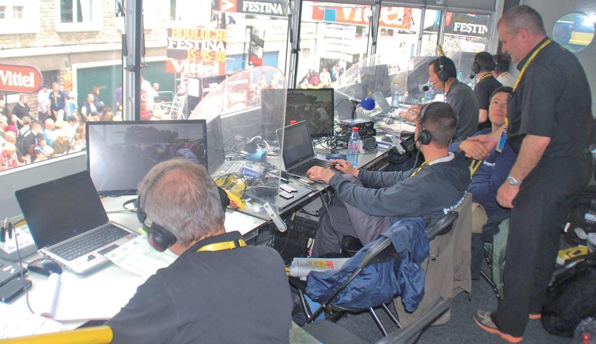 En plus d'une salle de presse qui accueille un millier de journalistes, il faut assurer les communications de 150 chaînes de télévision qui retransmettent en direct l'arrivée de chaque étape.