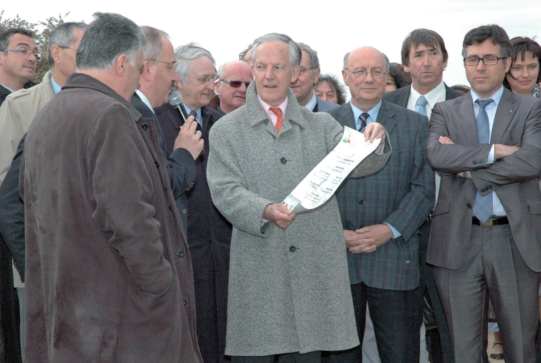Lors de l'inauguration du Raquet, Jacques Vernier tendant à Christian Poiret, président de la CAD, le parchemin à enfouir, datant la coupure du ruban.