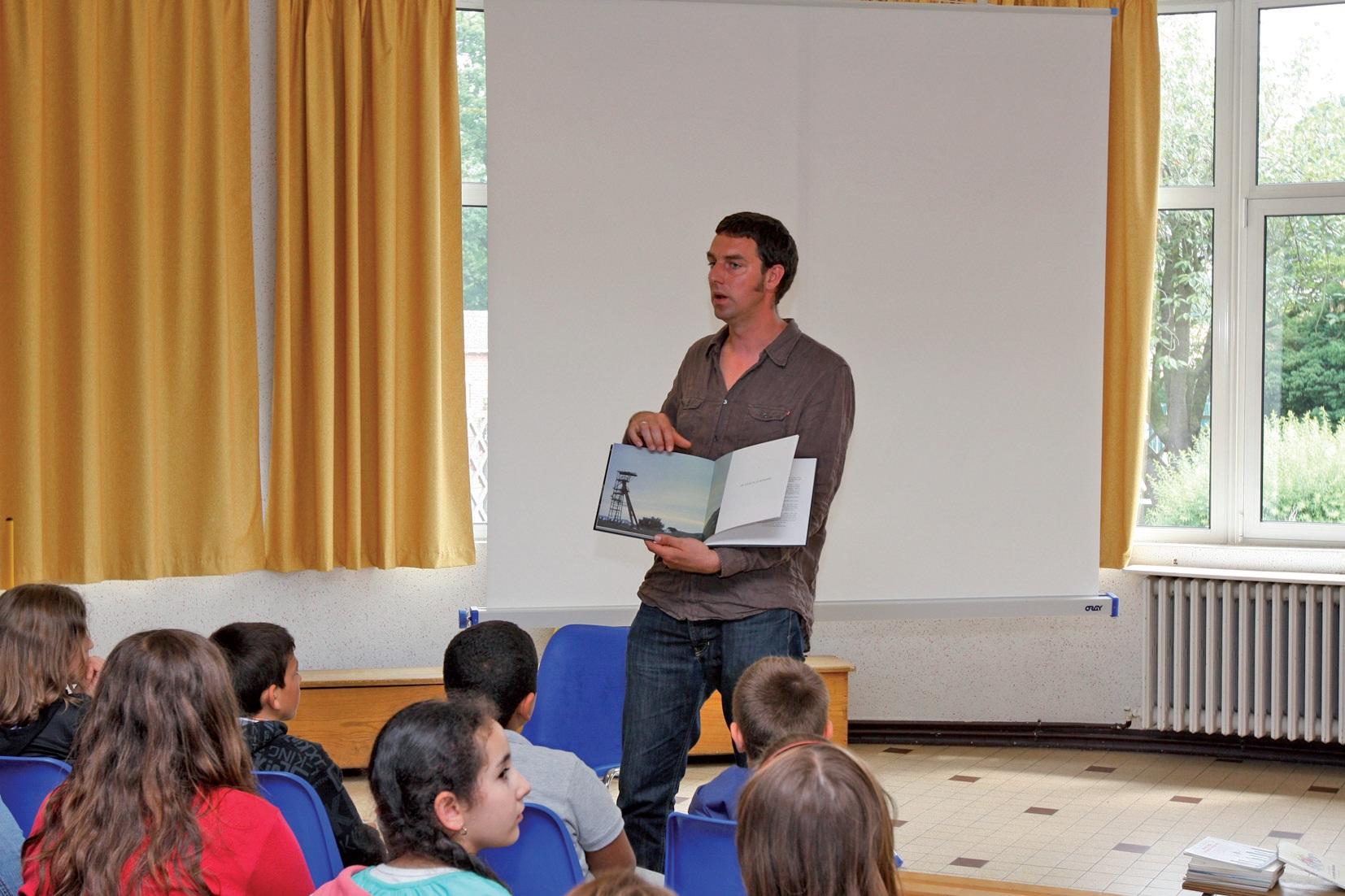 Le programme de rénovation a été l'occasion de réaliser un livre et d'impliquer les habitants, petits et grands.