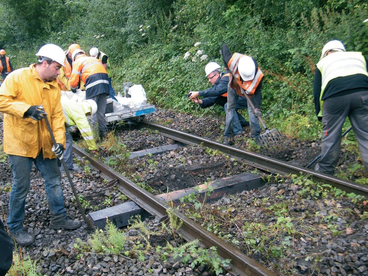 Le travail se fait toujours en partie à la main après le remplacement des traverses.