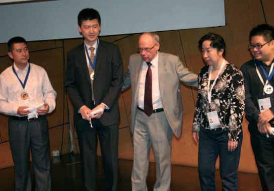 José Damiani, le président de l'association internationale des sports de l'esprit (IMSA), au milieu des médaillés au jeu d'échecs chinois…