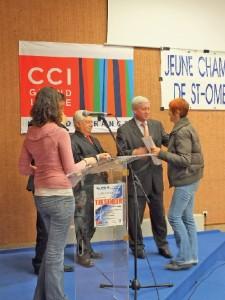 Michel Lefait et Bertrand Petit, député et suppléant, remettent le diplôme à une candidate.